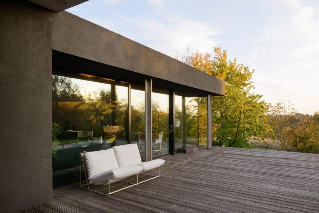Dom z prześwitem - projekt, który architekt Robert Skitek z pracowni RS+ stworzył dla siebie oraz swoich najbliższych - Dom z prześwitem - projekt, który architekt Robert Skitek z pracowni RS+ stworzył dla siebie oraz swoich najbliższych - taras w domu