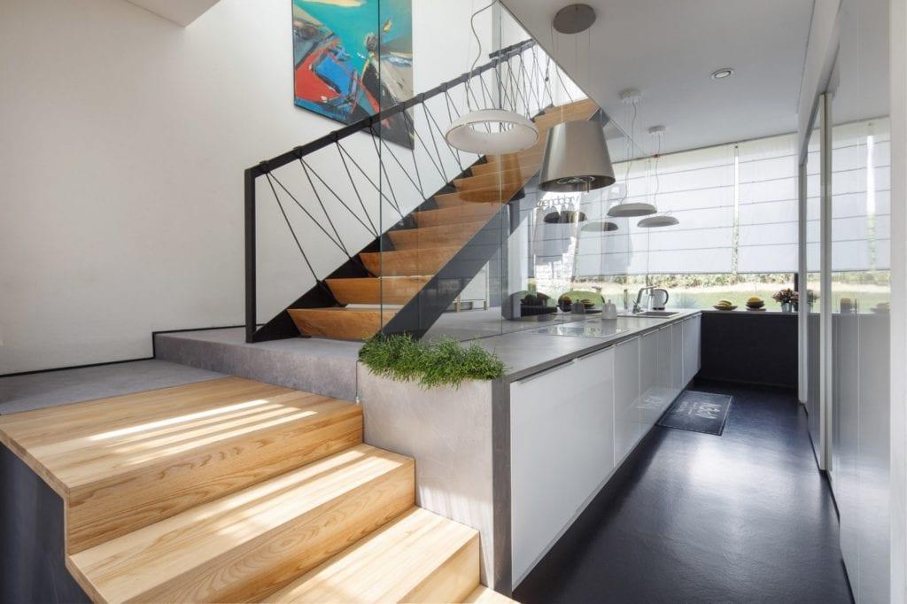 Dom z prześwitem - projekt, który architekt Robert Skitek z pracowni RS+ stworzył dla siebie oraz swoich najbliższych - Dom z prześwitem - projekt, który architekt Robert Skitek z pracowni RS+ stworzył dla siebie oraz swoich najbliższych - schody na piętro