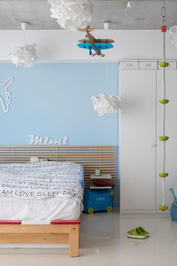 Dom z prześwitem - projekt, który architekt Robert Skitek z pracowni RS+ stworzył dla siebie oraz swoich najbliższych - Dom z prześwitem - projekt, który architekt Robert Skitek z pracowni RS+ stworzył dla siebie oraz swoich najbliższych - błękitna ścina w pokoju dziecka