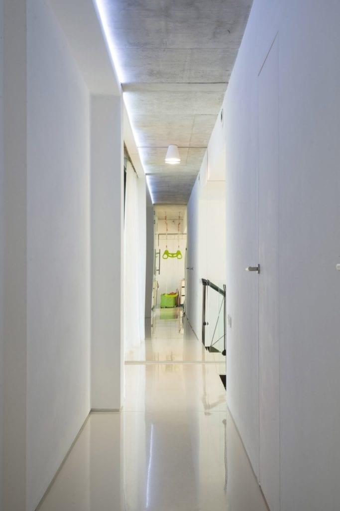 Dom z prześwitem - projekt, który architekt Robert Skitek z pracowni RS+ stworzył dla siebie oraz swoich najbliższych - Dom z prześwitem - projekt, który architekt Robert Skitek z pracowni RS+ stworzył dla siebie oraz swoich najbliższych - biały hol