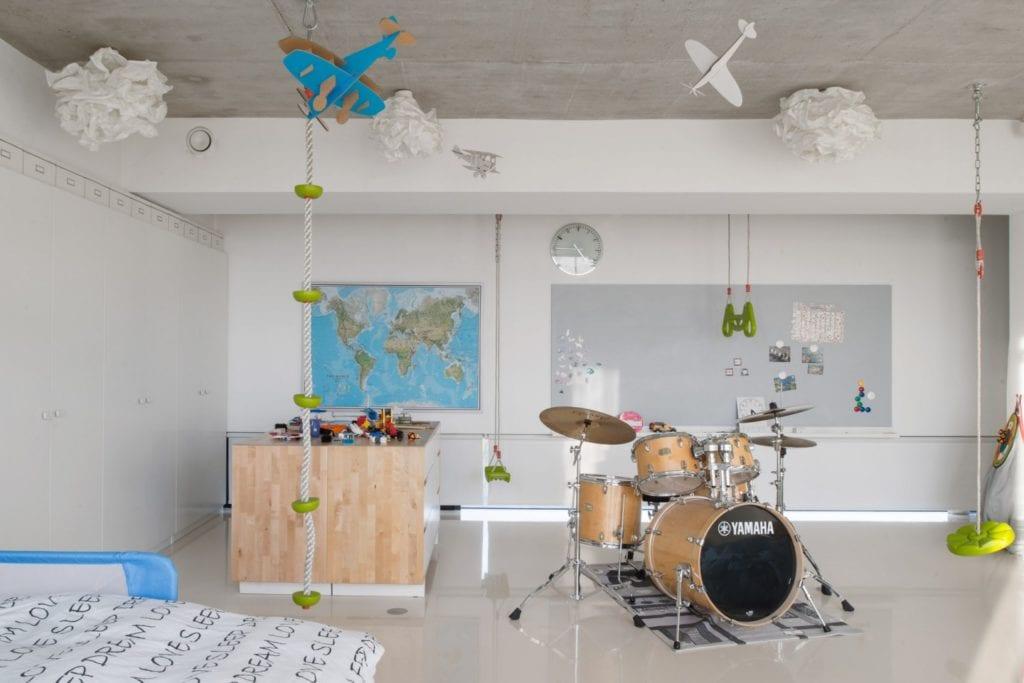 Dom z prześwitem - projekt, który architekt Robert Skitek z pracowni RS+ stworzył dla siebie oraz swoich najbliższych - Dom z prześwitem - projekt, który architekt Robert Skitek z pracowni RS+ stworzył dla siebie oraz swoich najbliższych - pokój dla nastolatka