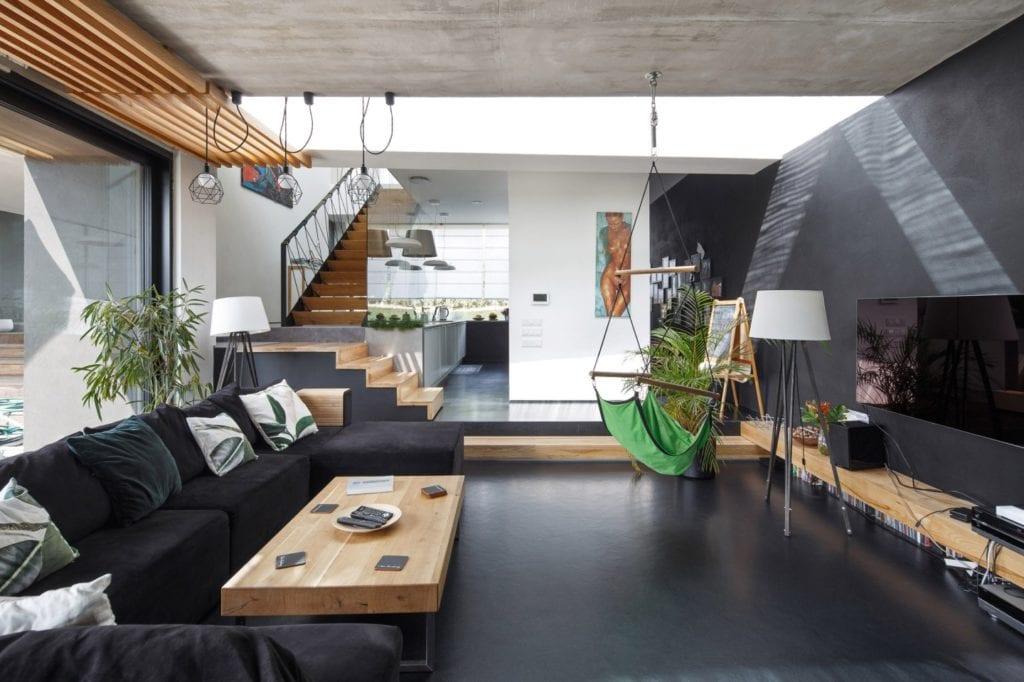 Dom z prześwitem - projekt, który architekt Robert Skitek z pracowni RS+ stworzył dla siebie oraz swoich najbliższych - Dom z prześwitem - projekt, który architekt Robert Skitek z pracowni RS+ stworzył dla siebie oraz swoich najbliższych - salon w czerni