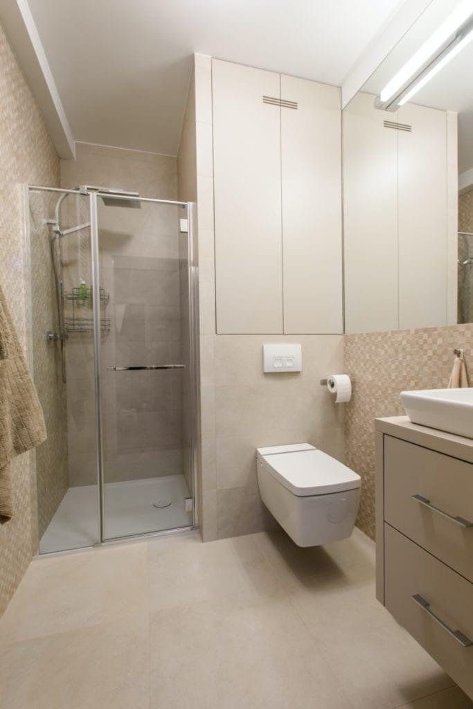 Dominik Ćwiek i funkcjonalny warszawski apartament - kabina prysznicowa w łazience