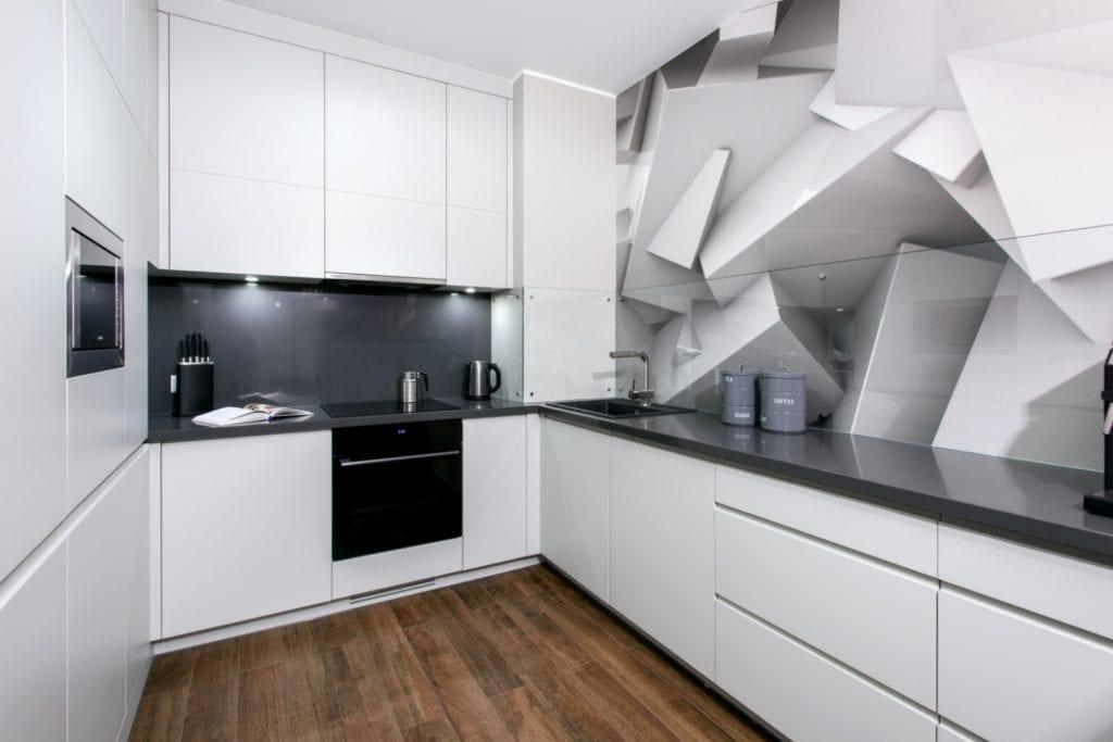 Dominik Ćwiek i funkcjonalny warszawski apartament - biała zabudowa w kuchni