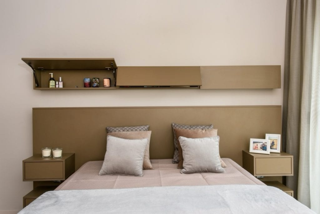 Dominik Ćwiek i funkcjonalny warszawski apartament - sypialnia z dużym łóżkiem