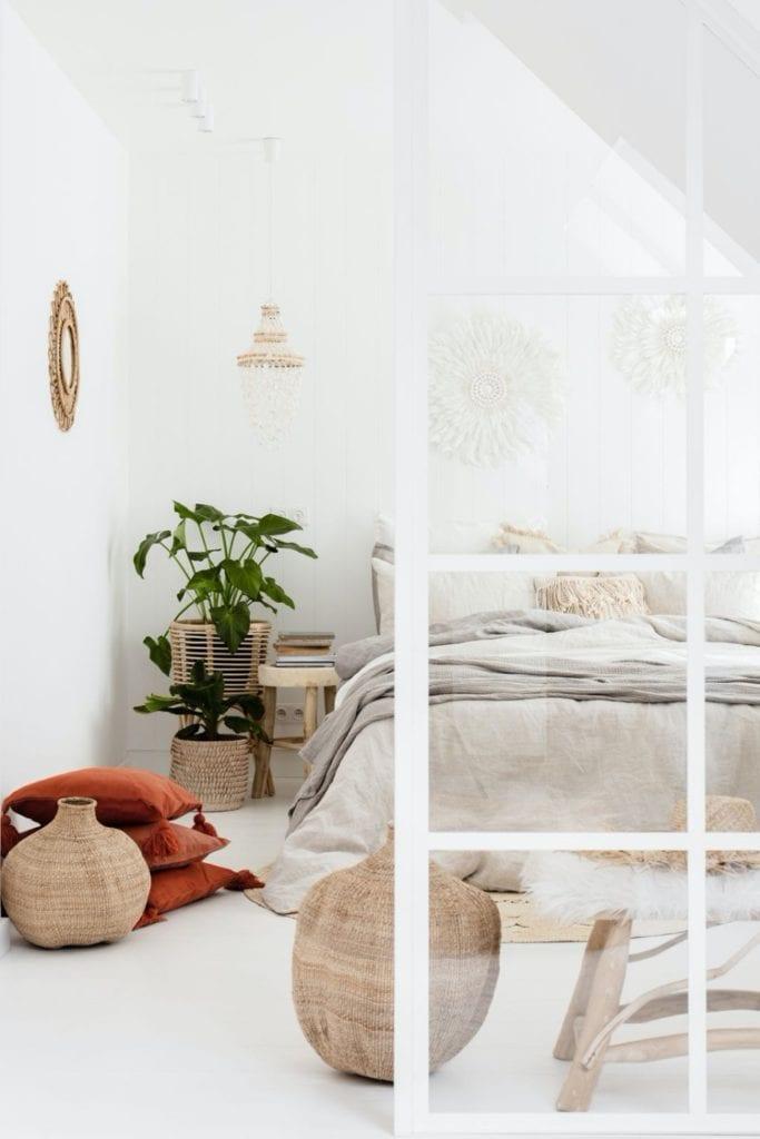 Finchstudio i Australian boho we wrocławskim domu - biała sofa w jasnym salonie