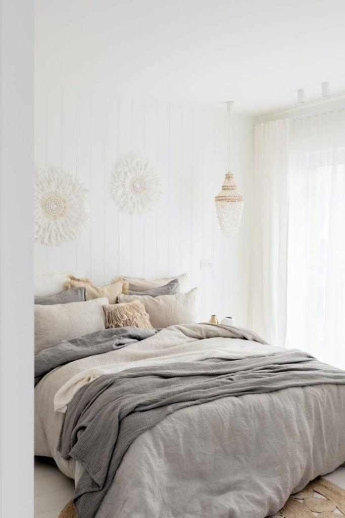 Finchstudio i Australian boho we wrocławskim domu - łóżko z szarą narzutą w sypialni