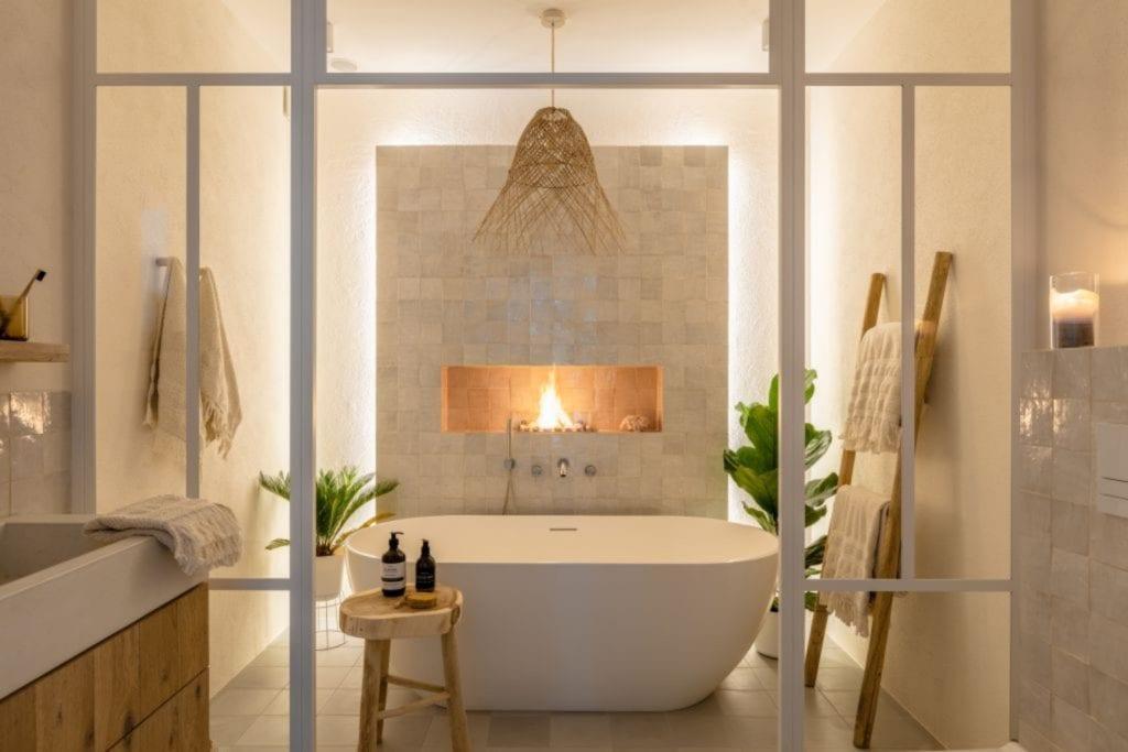 Finchstudio i Australian boho we wrocławskim domu - wanna wolnostojąca w łazience