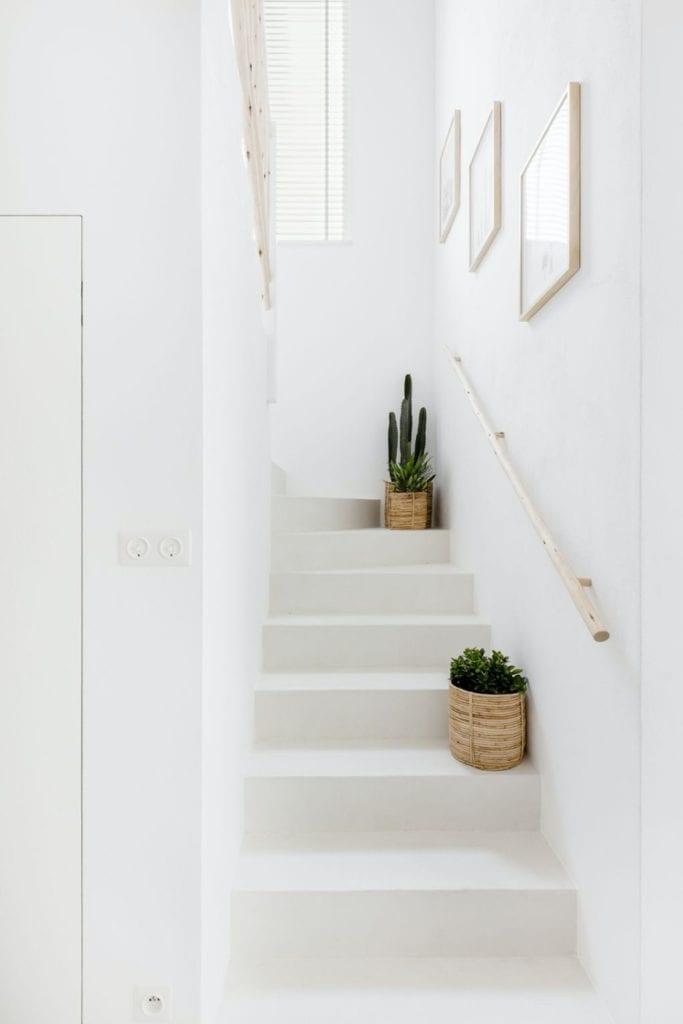 Finchstudio i Australian boho we wrocławskim domu - jasne schody na piętro