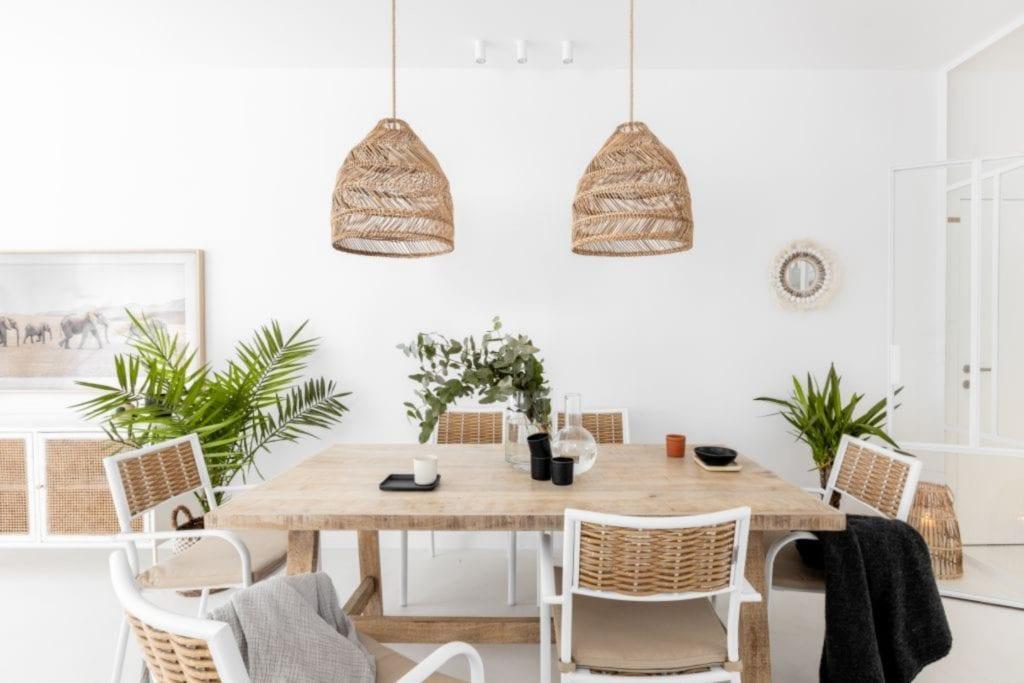 Finchstudio i Australian boho we wrocławskim domu - dwie lampy wiszące nad stołem