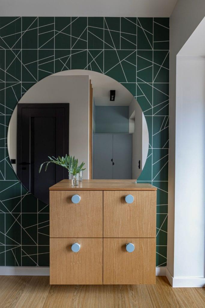 Kowalczyk-Gajda Studio Projektowe i projekt domu w Gdyni - okrągłe lustro na ścianie