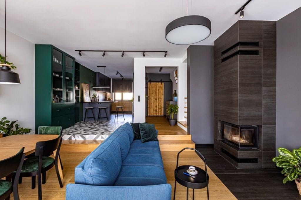 Kowalczyk-Gajda Studio Projektowe i projekt domu w Gdyni - niebieska sofa w salonie