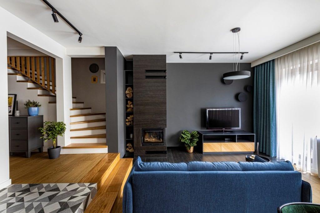 Kowalczyk-Gajda Studio Projektowe i projekt domu w Gdyni - szara ściana w salonie
