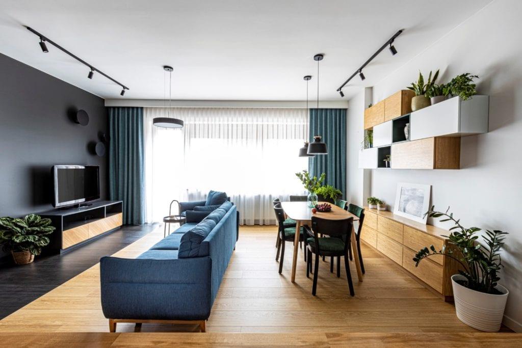 Kowalczyk-Gajda Studio Projektowe i projekt domu w Gdyni - salon z niebieską sofą