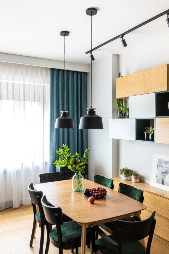 Kowalczyk-Gajda Studio Projektowe i projekt domu w Gdyni - salon z zielonymi zasłonami