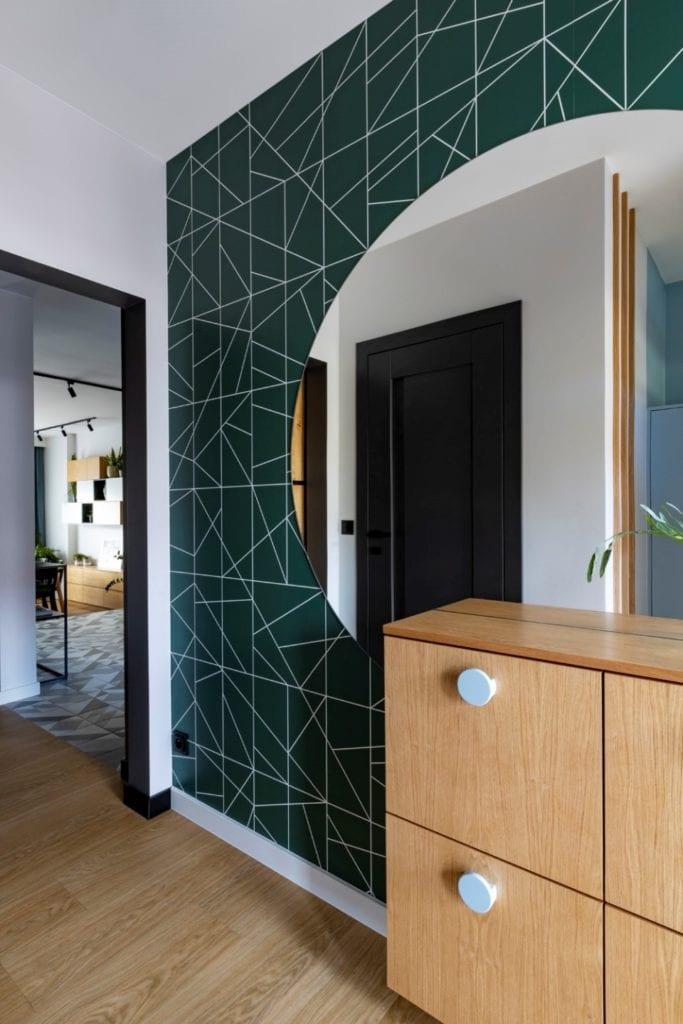 Kowalczyk-Gajda Studio Projektowe i projekt domu w Gdyni - duże, okrągłe lustro na zielonej ścianie