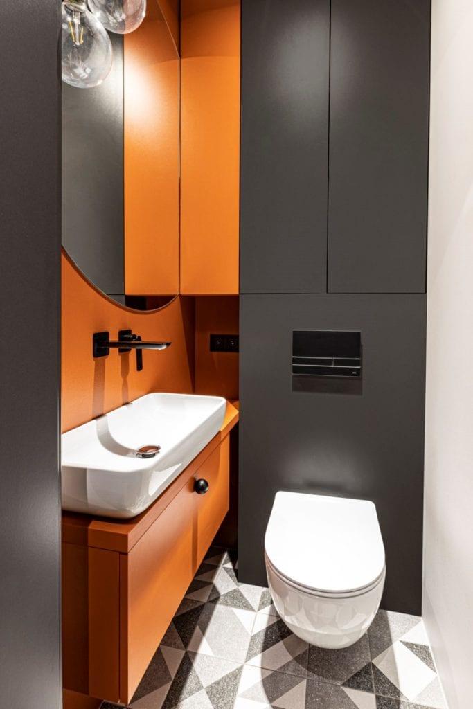 Kowalczyk-Gajda Studio Projektowe i projekt domu w Gdyni - pomarańczowo-szara umywalka