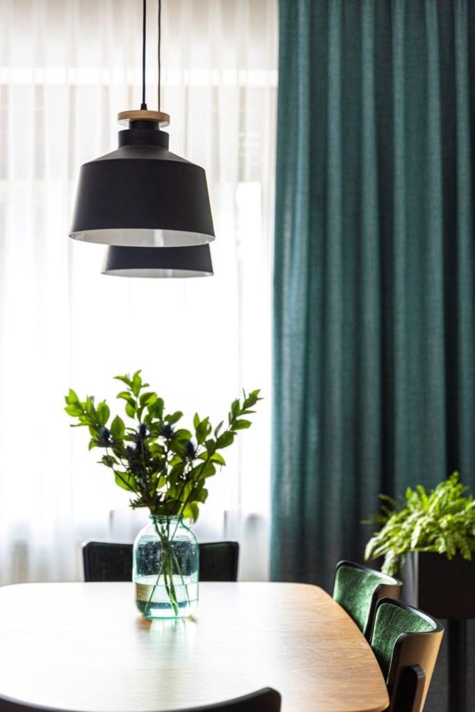 Kowalczyk-Gajda Studio Projektowe i projekt domu w Gdyni - zielone zasłony w salonie