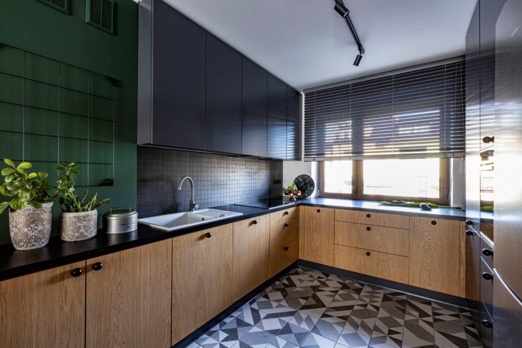 Kowalczyk-Gajda Studio Projektowe i projekt domu w Gdyni - czarne meble w kuchni