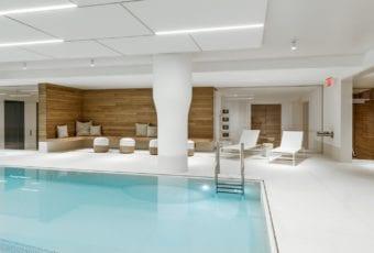 Lapitec w basenie ukrytym w sercu Manhattanu