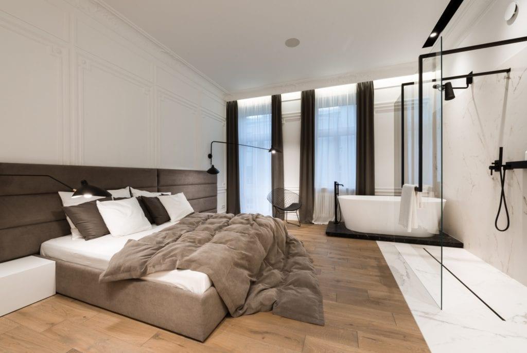 Nasciturus design i drugie życie mieszkania w kamienicy - duże łóżko w sypialni