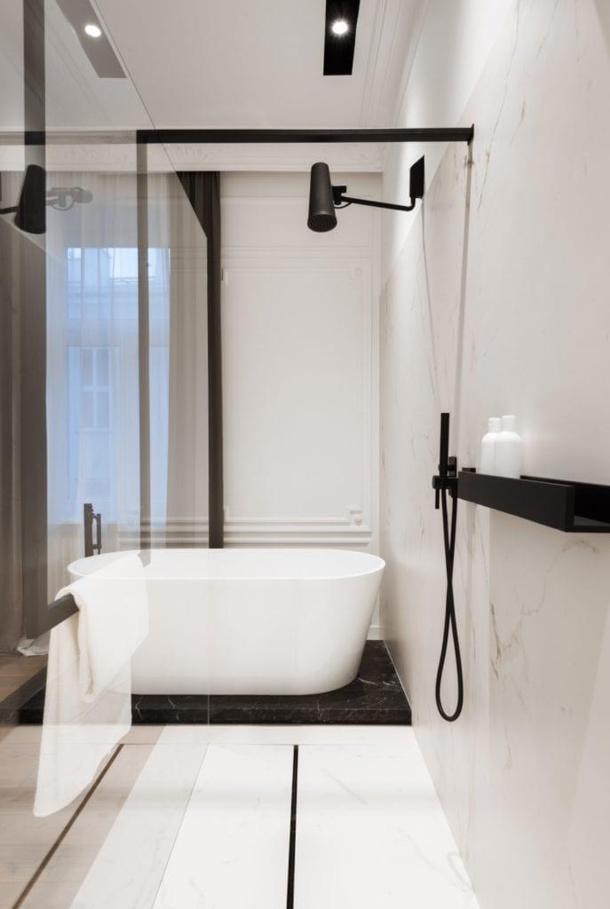 Nasciturus design i drugie życie mieszkania w kamienicy - wanna wolnostojąca w łazience