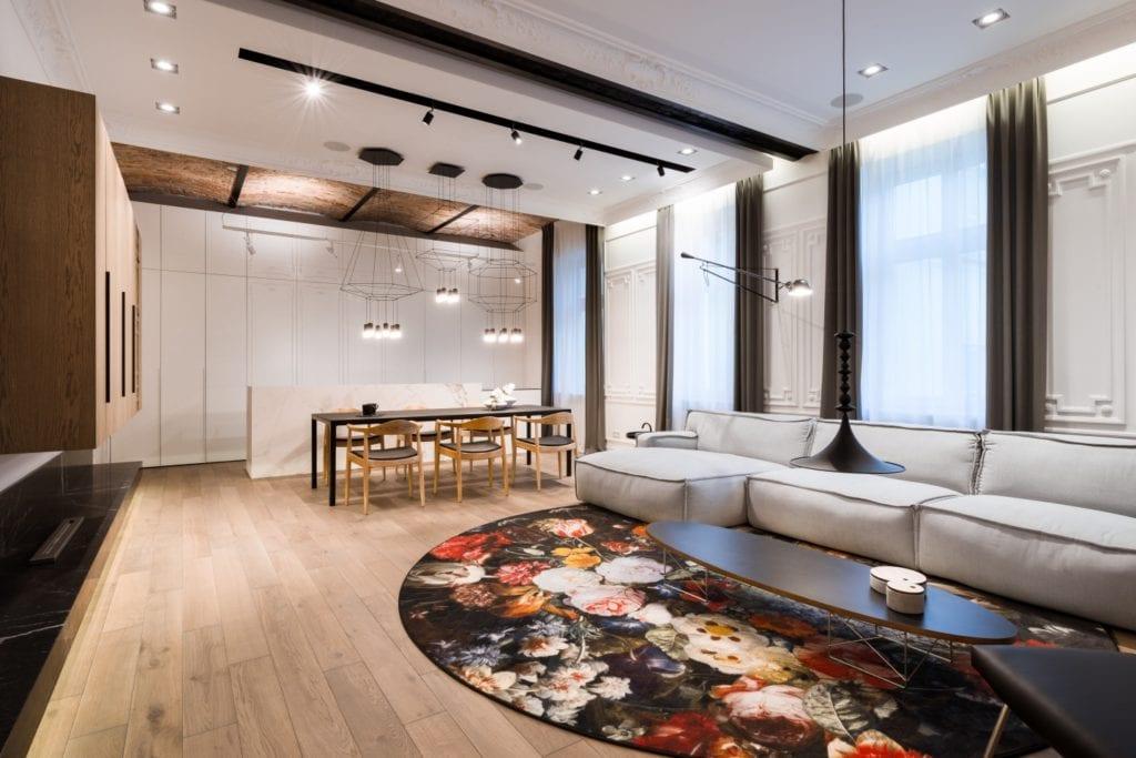Nasciturus design i drugie życie mieszkania w kamienicy - kolorowy dywan w salonie