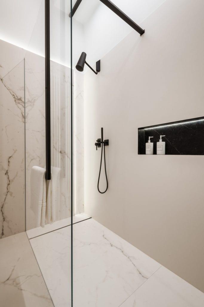 Nasciturus design i drugie życie mieszkania w kamienicy - kabina prysznicowa w łazience