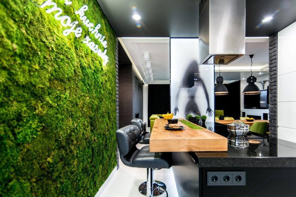 Nowoczesne wnętrze projektu pracowni Dagar Studio - zielona ściana w kuchni