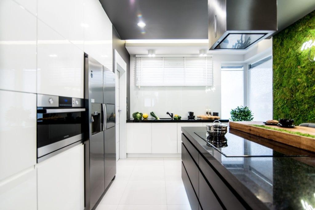 Nowoczesne wnętrze projektu pracowni Dagar Studio - biała zabudowa kuchenna