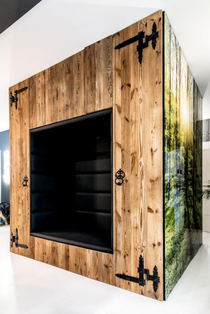 Nowoczesne wnętrze projektu pracowni Dagar Studio - drewniana zabudowa w kominku