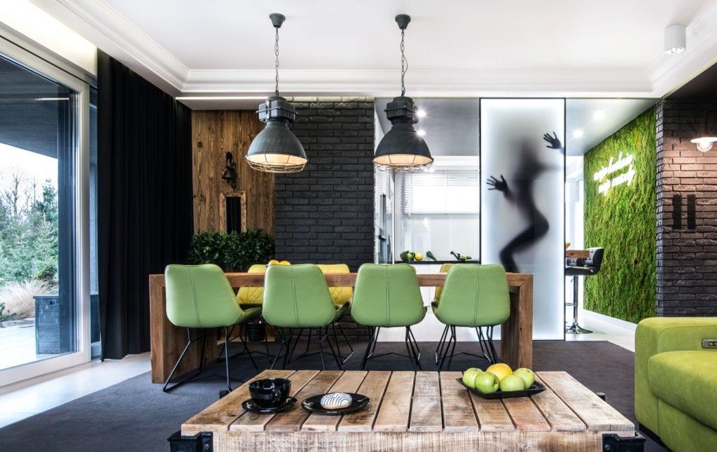 Nowoczesne wnętrze projektu pracowni Dagar Studio - stół drewniany i komplet zielonych krzeseł