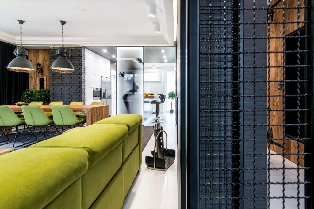 Nowoczesne wnętrze projektu pracowni Dagar Studio - zielona sofa w salonie