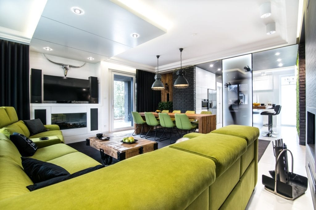 Nowoczesne wnętrze projektu pracowni Dagar Studio - zielony narożnik w salonie