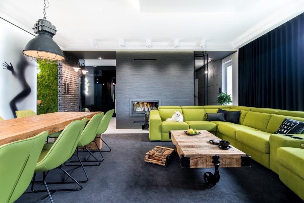 Nowoczesne wnętrze projektu pracowni Dagar Studio - zielone meble w salonie