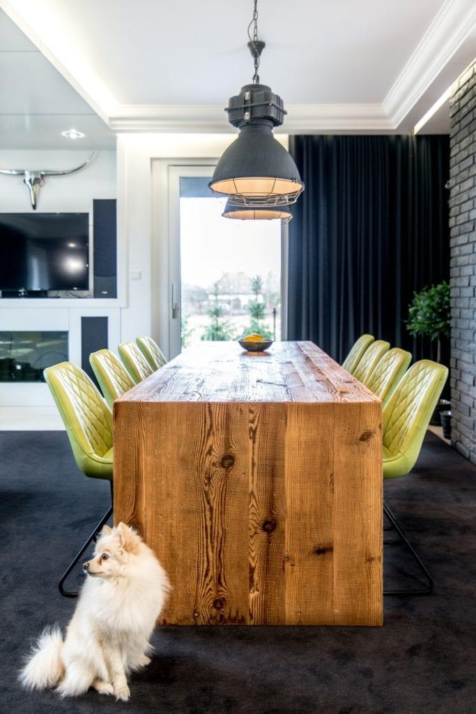 Nowoczesne wnętrze projektu pracowni Dagar Studio - drewniany stół i komplet ośmiu krzeseł
