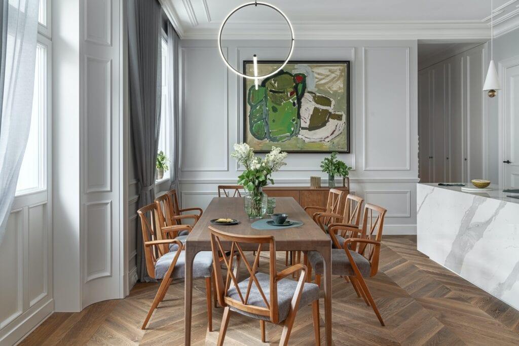 Paryski duch przy Mokotowskiej w projekcie White Castle Dawid Przewoźny - zdjęcia Tom Kurek - drewniany stół i zestaw krzeseł w salonie