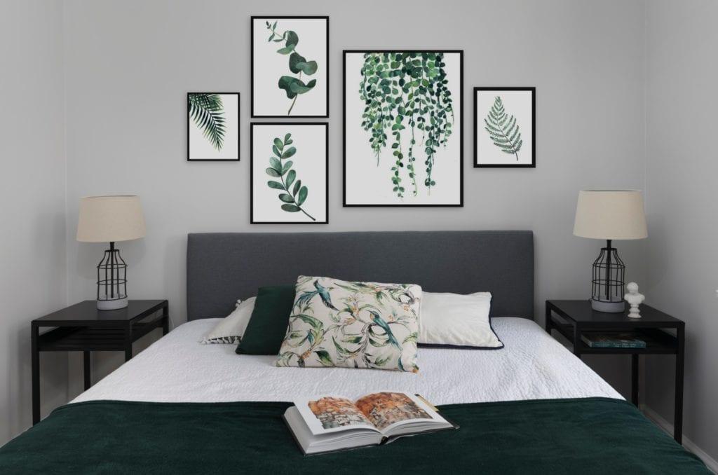 Obrazy nad łóżkiem w sypialni - Pracownia Decoroom i aranżacja niewielkiego mieszkania na warszawskiej Pradze Północ