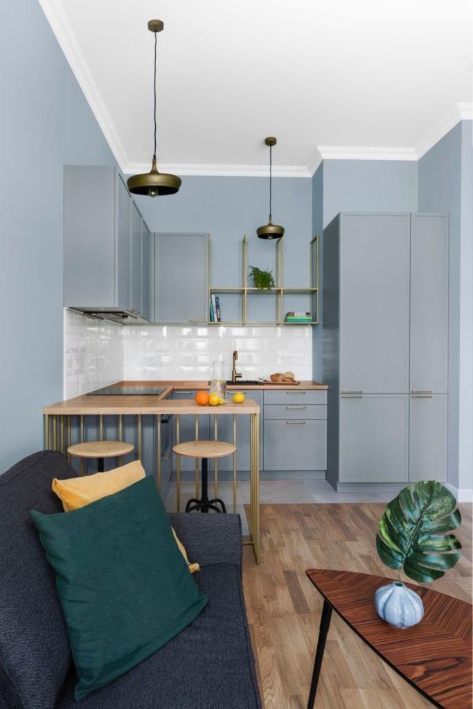 Szare meble w kuchni - Pracownia Decoroom i aranżacja niewielkiego mieszkania na warszawskiej Pradze Północ