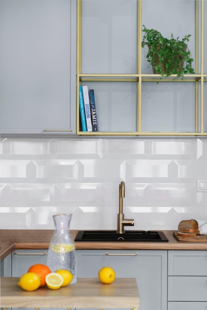 Białe płytki w niewiekiej kuchni - Pracownia Decoroom i aranżacja niewielkiego mieszkania na warszawskiej Pradze Północ