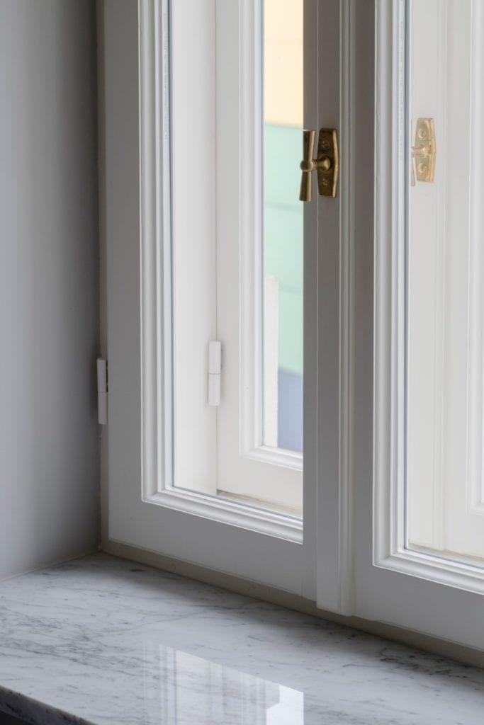 Białe okno w pokoju - Pracownia Decoroom i aranżacja niewielkiego mieszkania na warszawskiej Pradze Północ