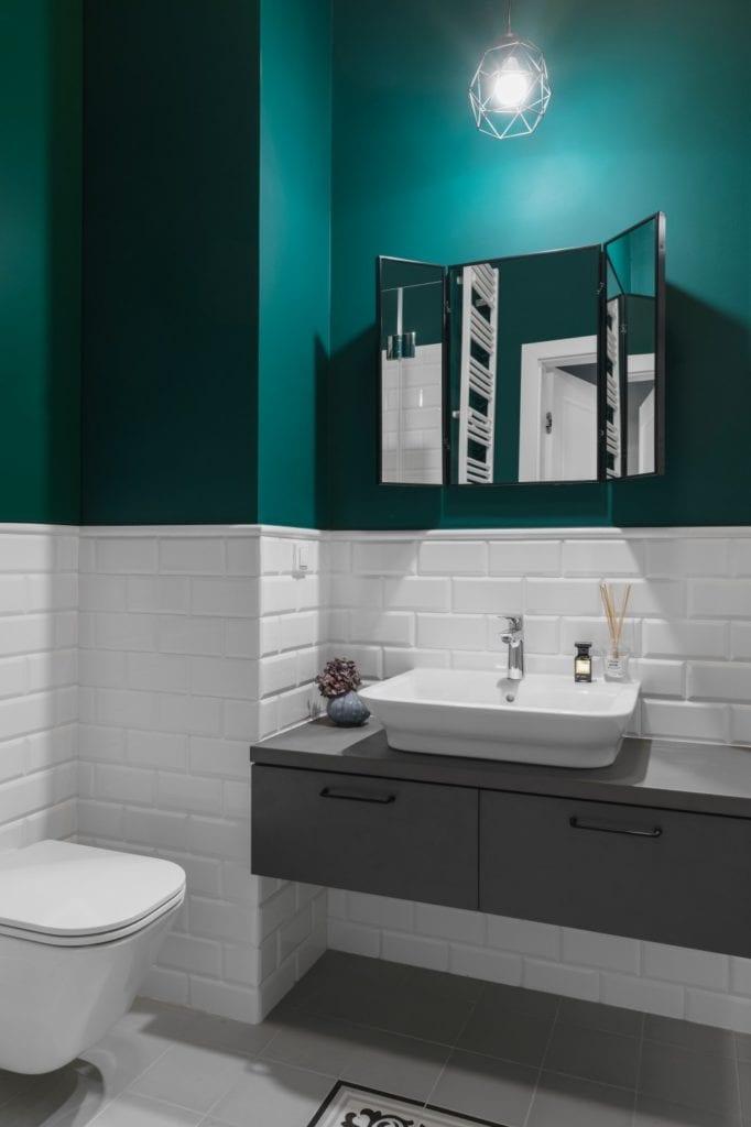 Umywalka w zielonej łazience - Pracownia Decoroom i aranżacja niewielkiego mieszkania na warszawskiej Pradze Północ
