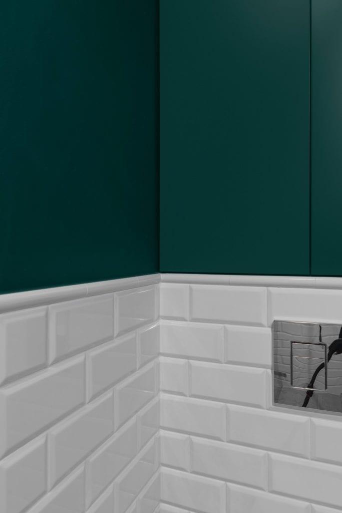 Zielone ściany i białe płytki w łazience - Pracownia Decoroom i aranżacja niewielkiego mieszkania na warszawskiej Pradze Północ