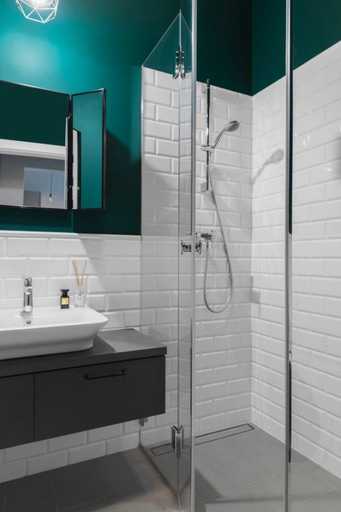 Kabina prysznicowa w łazience - Pracownia Decoroom i aranżacja niewielkiego mieszkania na warszawskiej Pradze Północ