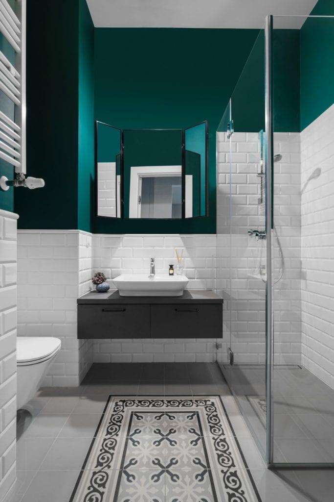 Zielona ściana w łazience - Pracownia Decoroom i aranżacja niewielkiego mieszkania na warszawskiej Pradze Północ