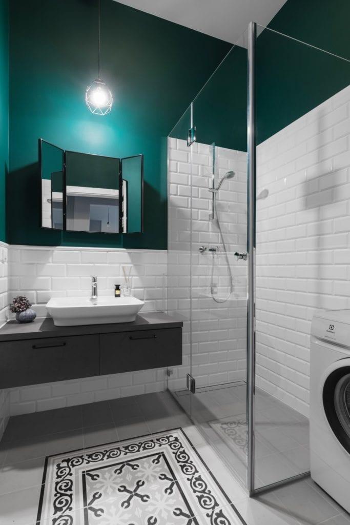 Zielona ściana i kabina prysznicowa w łazience - Pracownia Decoroom i aranżacja niewielkiego mieszkania na warszawskiej Pradze Północ