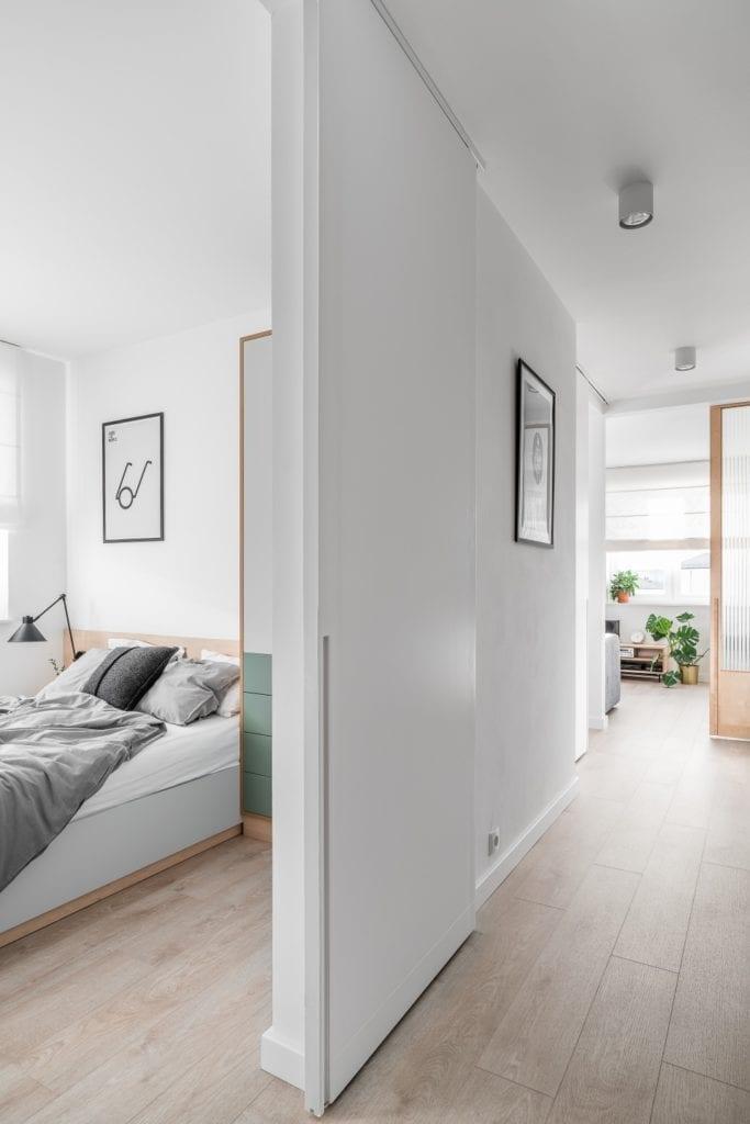 Projekt mieszkania w Gdańsku od pracowni Raca Architekci - ściana w szarym kolorze