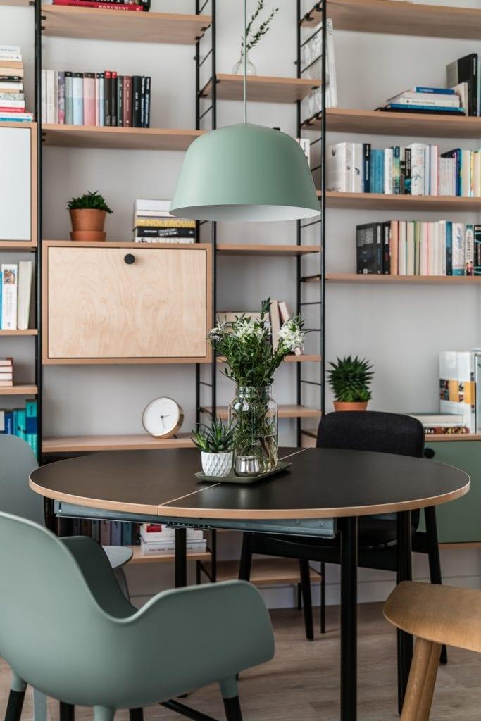 Projekt mieszkania w Gdańsku od pracowni Raca Architekci - czarny stolik w pokoju