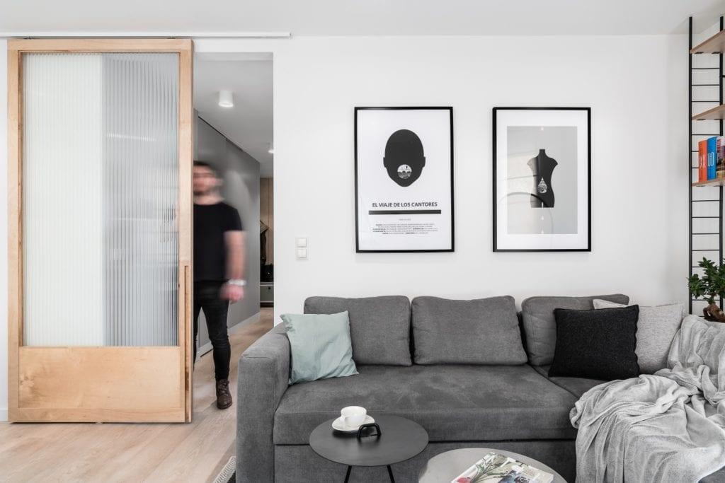 Projekt mieszkania w Gdańsku od pracowni Raca Architekci - przesuwne drzwi w salonie