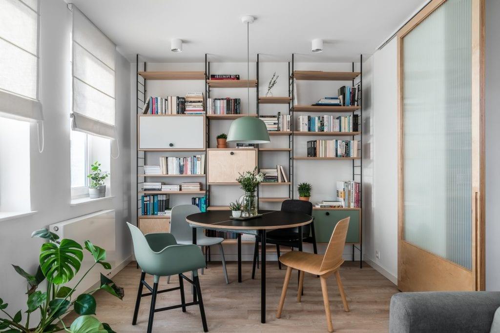 Projekt mieszkania w Gdańsku od pracowni Raca Architekci - regał na książki w pokoju